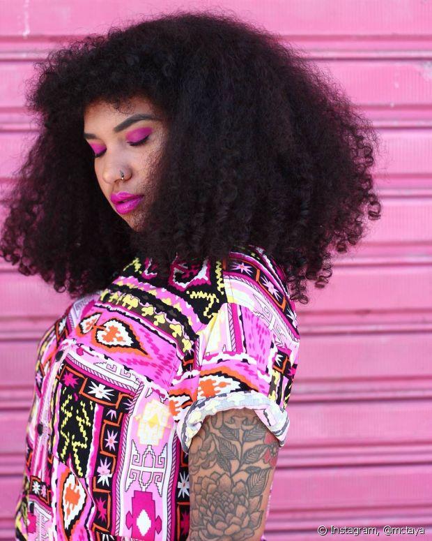 Com franja cacheada, looks e maquiagens bem coloridas, Tay Oliveira faz mil e uma coisas