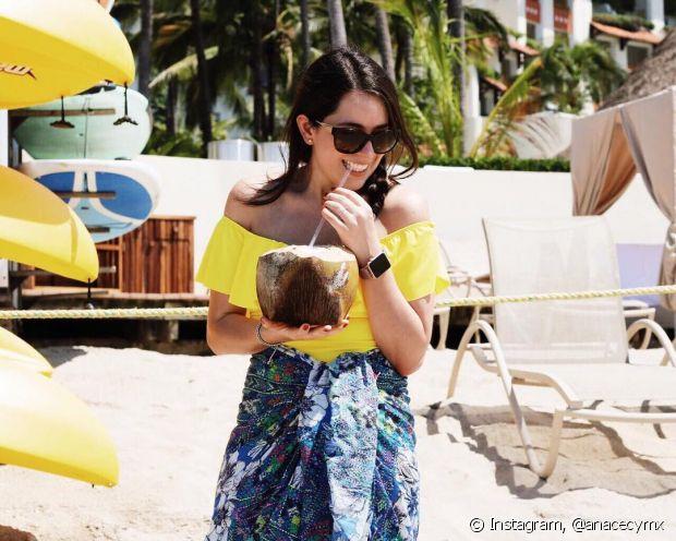 A água de coco é altamente hidratante e ajuda a recuperar a sua pele, que precisa de água