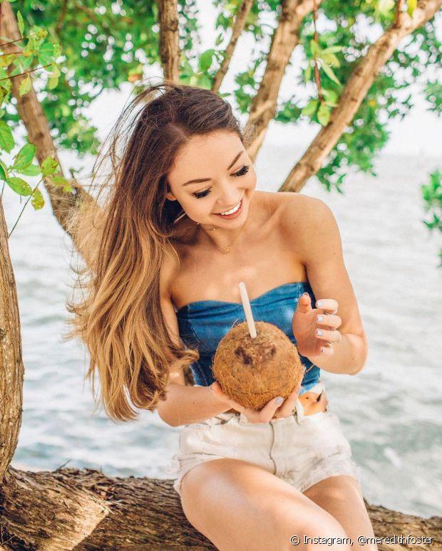 Já pensou em usar a água de coco no cabelo? Ela ajuda a hidratar ou finalizar o cabelo cacheado e crespo