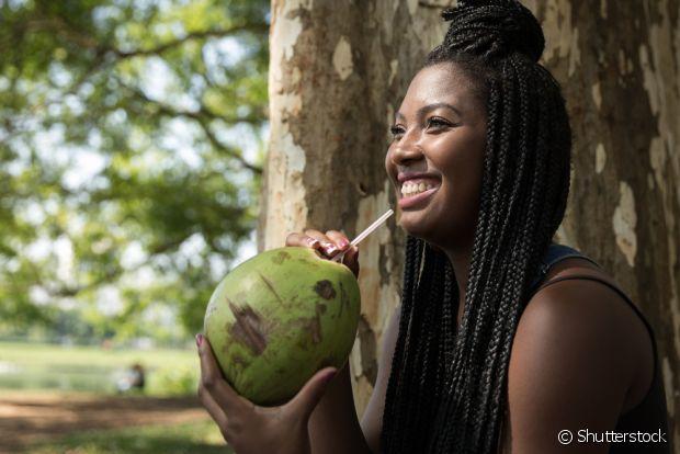 Depois do exercício físico ou de ficar no sol muito tempo, beba água de coco para devolver a hidratação para o seu corpo