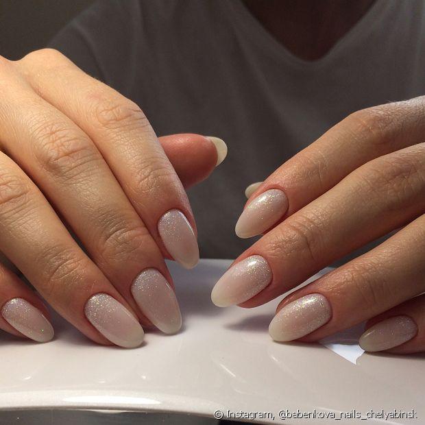 O óleo de coco é muito usado em cabelos, mas também funciona com as unhas