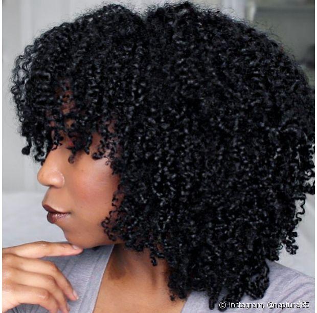 Se quiser fazer uma franja nos seus cabelos crespos, vá em frente!