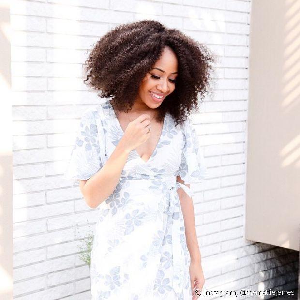 Os cabelos crespos, assim como os outros, também crescem todo mês e é preciso cortá-los para evitar as pontas duplas
