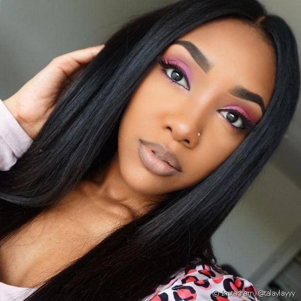 Se preferir, use o batom colorido como sombra e pegue leve no restante da maquiagem