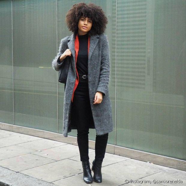 Que tal usar um blazer colorido com blusa de gola alta e um casaco por cima?