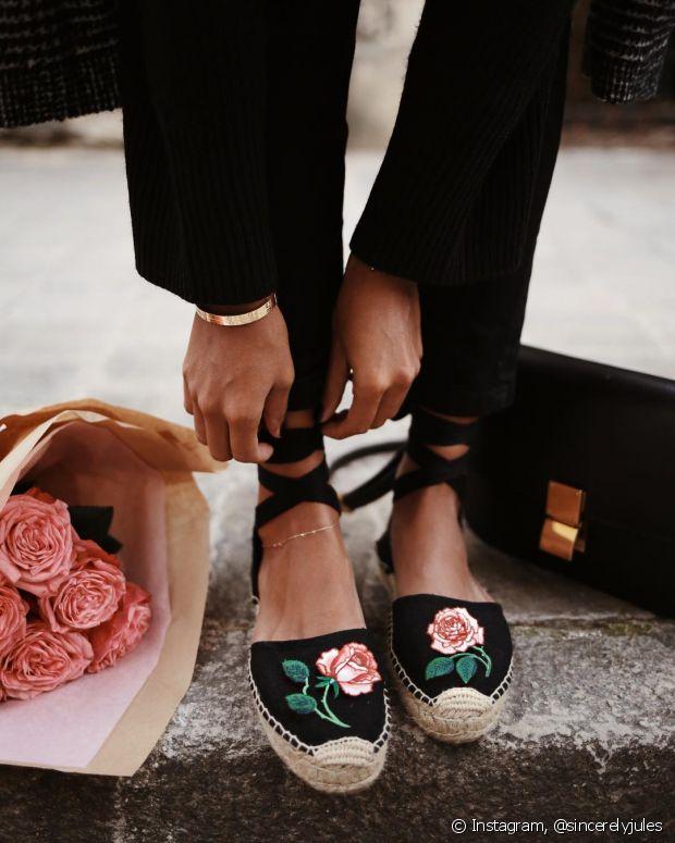 As flores podem estar presentes também nos acessórios, como os sapatos