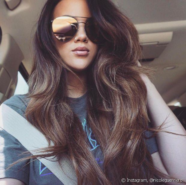 Para pintar o cabelo com luzes, o mais indicado é fazer o procedimento aos poucos, para não manchar os cabelos