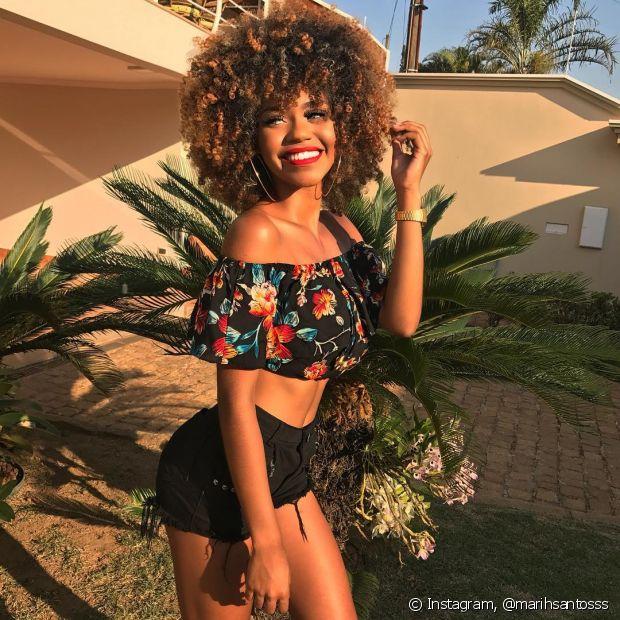 Marih Santos contou sobre suas vivências enquanto mulher negra e sua relação com o cabelo crespo