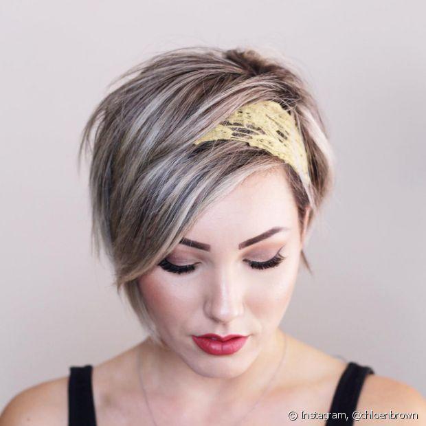 Se não conseguir prender os cabelos, aposte nos acessórios para variar o look do dia