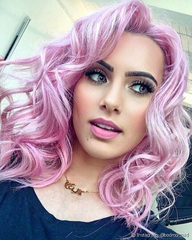 Para ter o cabelo colorido, é preciso descolorir os fios primeiro