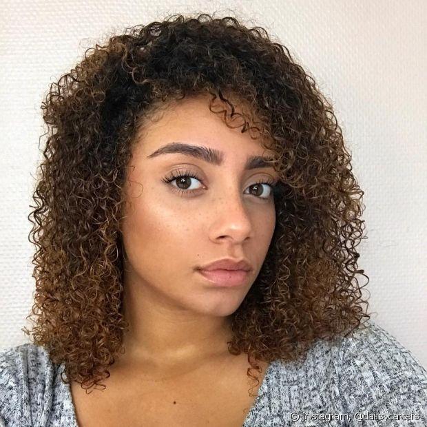 A umectação com óleo de coco ajuda contra a queda de cabelo