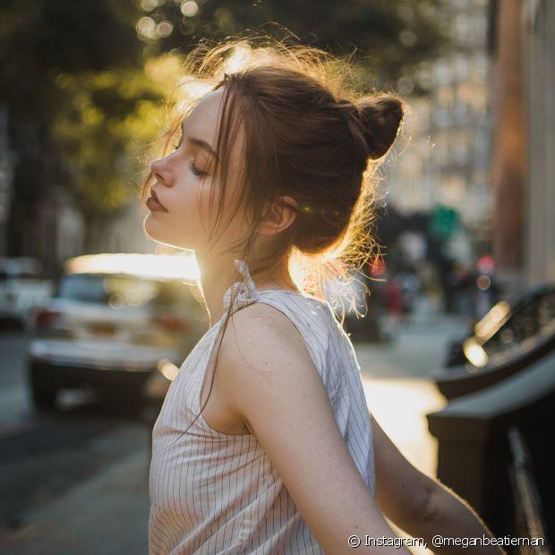 Ao prender os cabelos, evite usar elásticos apertados para não quebrar os fios