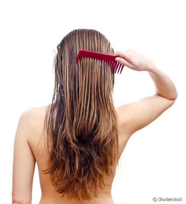 A água fria fecha a cutícula do cabelo, proporcionando mais brilho sem danificá-lo