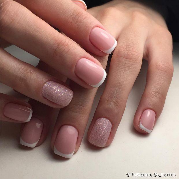 As unhas francesinhas são clássicas, mas podem ficar mais descoladas com um pouco de glitter
