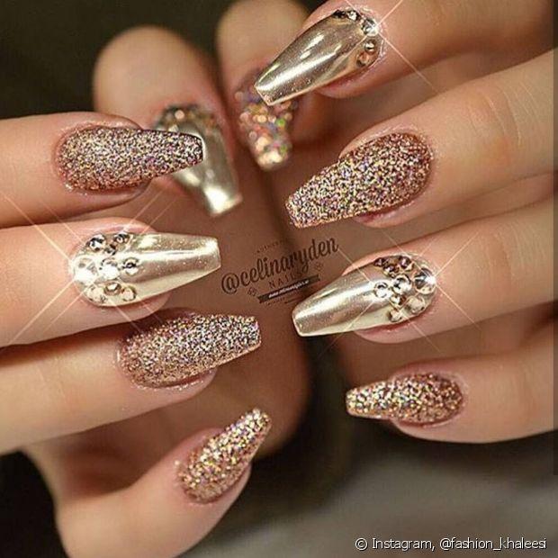 É brilho que você quer? Vá de dourado com bastante glitter e aplicação de cristal!