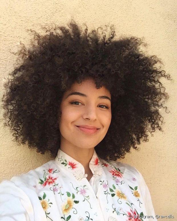Para as crespas é extremamente difícil confiar o cabelo a algum profissional, muitas meninas chegam a ficar mais de dois anos sem cortar os fios ou assumem a responsabilidade de aparar as pontas em casa