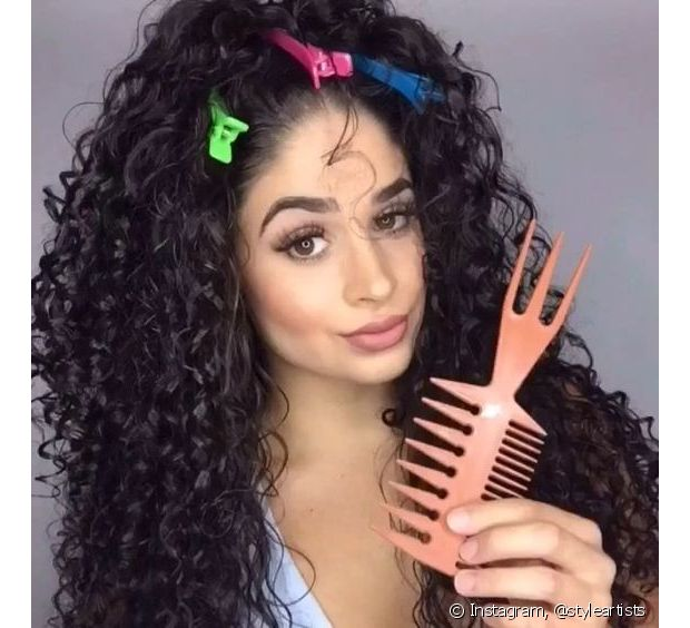 Se engana quem pensa que cabelos volumosos não podem ter definição. Apostar na combinação da fitagem com o pente garfo vai te dar o melhor dos dois mundos