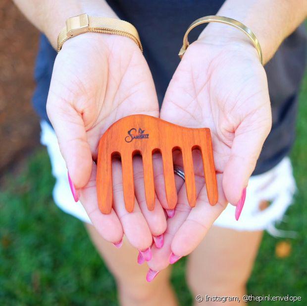 Os pentes de madeira não vão gerar frizz porque anulam a eletricidade estática do cabelo