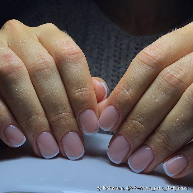 Ao tirar a pontinha do esmalte, você garante que sua unha dure mais até a sua próxima ida à manicure