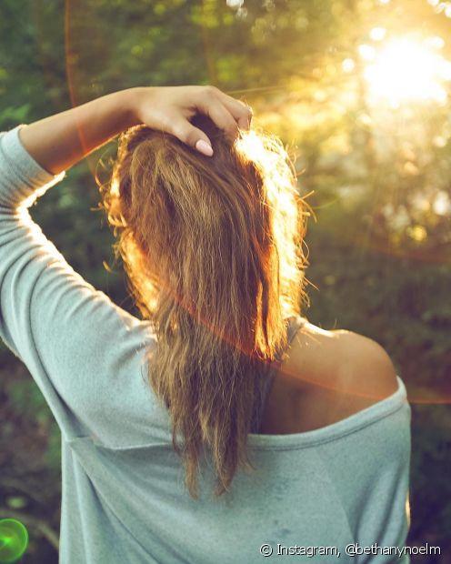 Agressões diárias como os raios solares e banhos com água quente são responsáveis pela falta de brilho no cabelo