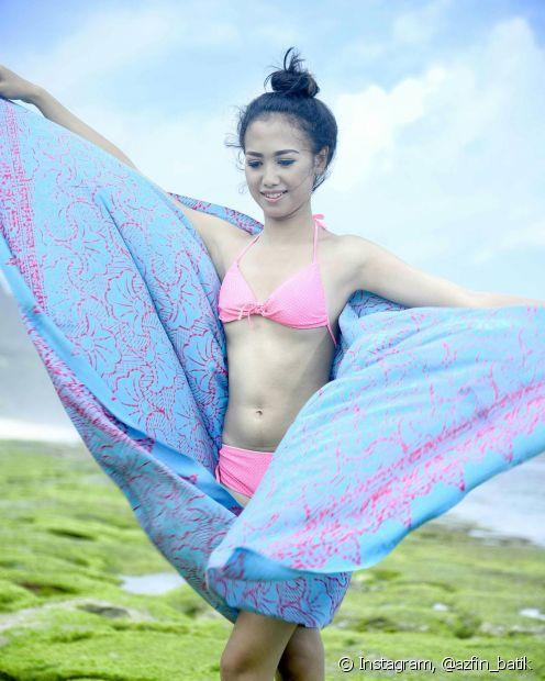 Tecidos fluidos e com movimento são perfeitos para fazer cangas que sirvam em amarrações como saídas de praia