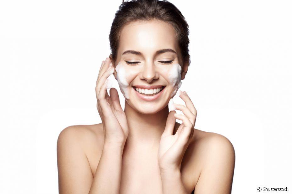 Higienizar o rosto com produtos adstringentes é essencial para manter a pele limpa e os poros livres do creme de pentear