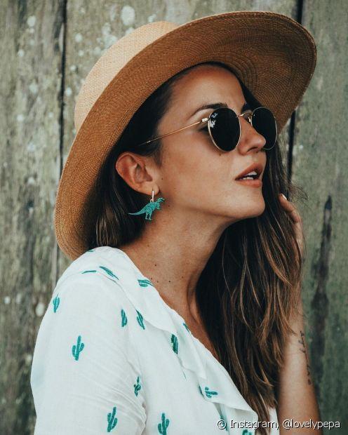 Os chapéus de praia são acessórios essenciais para prevenir a radiação solar intensa no verão
