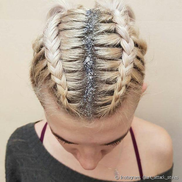 Glitter na risca central do penteado está mais do que liberado!