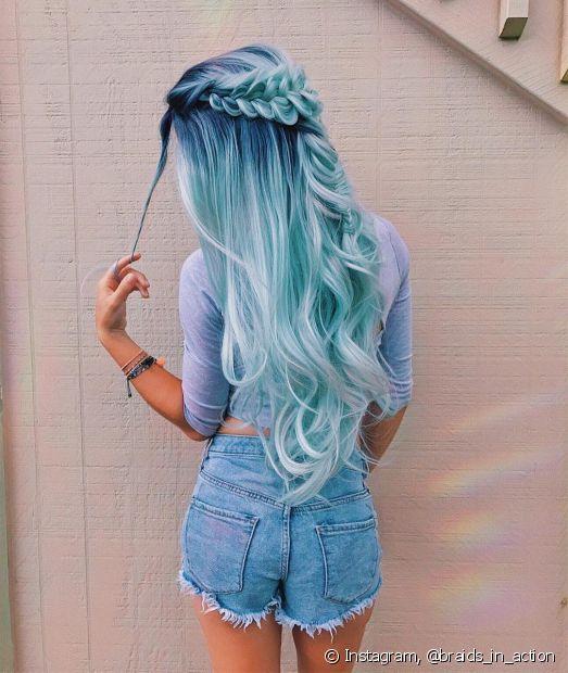 O cabelo semipreso com tranças valoriza o penteado - a cor fantasia também!