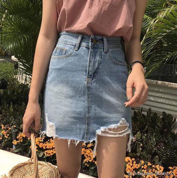 O jeans desfiado pode ser mais discreto, apenas desfazendo a bainha