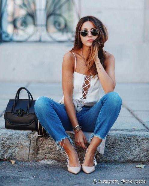 Os acessórios vão moldar o estilo do look com a calça desfiada