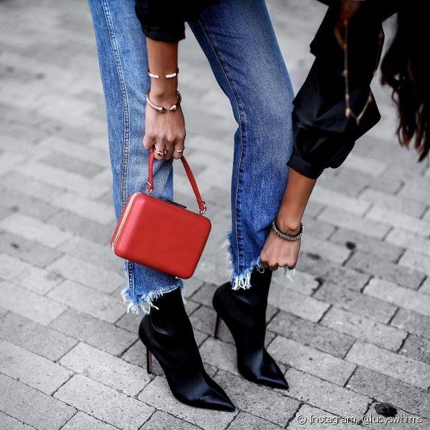 No caso das calças jeans, os desfiados aparecem na altura da canela