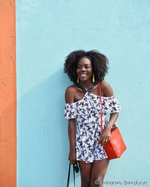 Acessórios coloridos mantém vibe solar do look