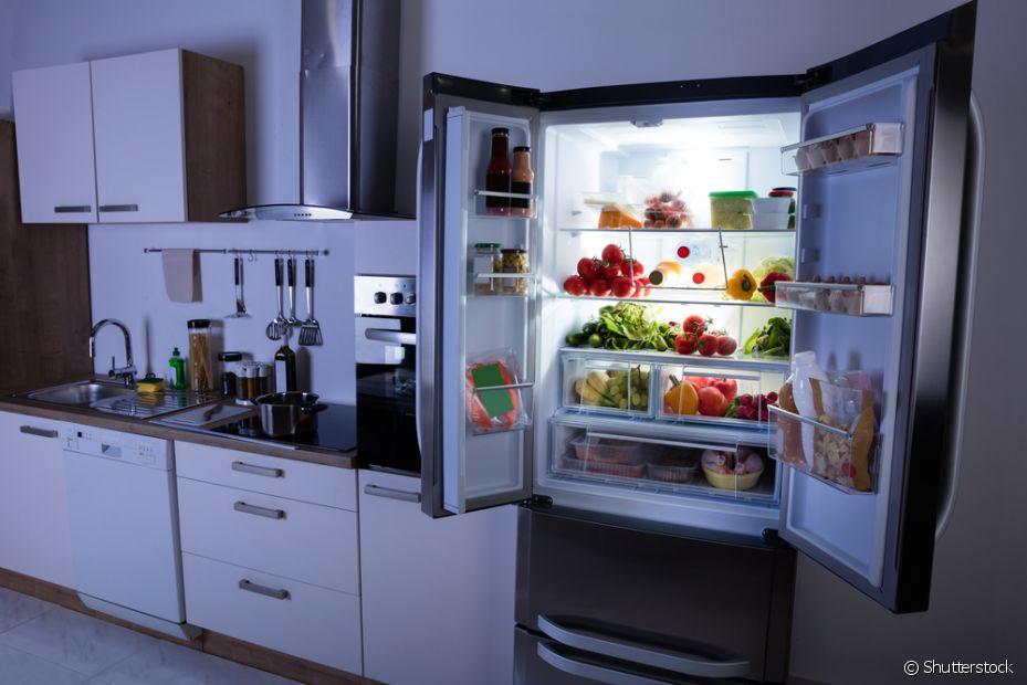 Limpe sua geladeira uma vez por mês, assim você evita que ela fique com um cheiro ruim causado por alimentos que possam estar vencidos