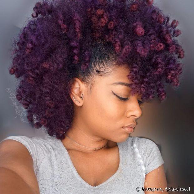 Para fazer o falso moicano nos cabelos crespos, é só prender as laterais com grampos, valorizando o volume do centro