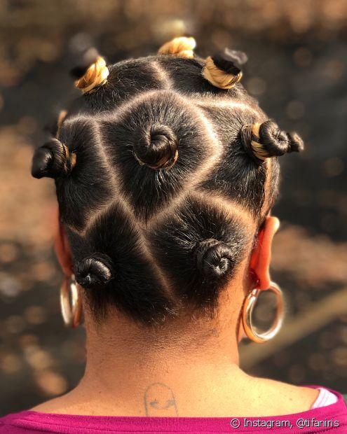 Diretamente dos anos 90 para os dias atuais, os bantu knots servem tanto como penteado como para texturizar os cabelos