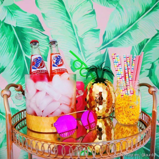 Aposte em canudos coloridos para incrementar a decoração da festa na piscina
