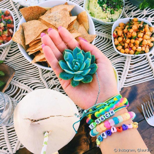 Use plantinhas como as suculentas e os cactos para decorar sua mesa de aperitivos