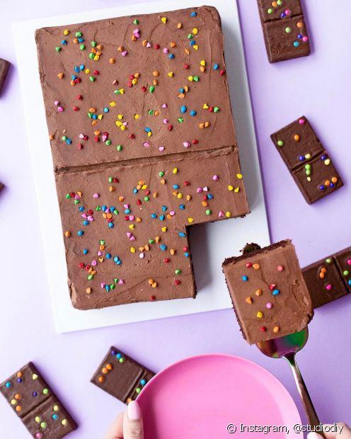Use sua criatividade para decorar tudo com bastante cor, inclusive o bolo