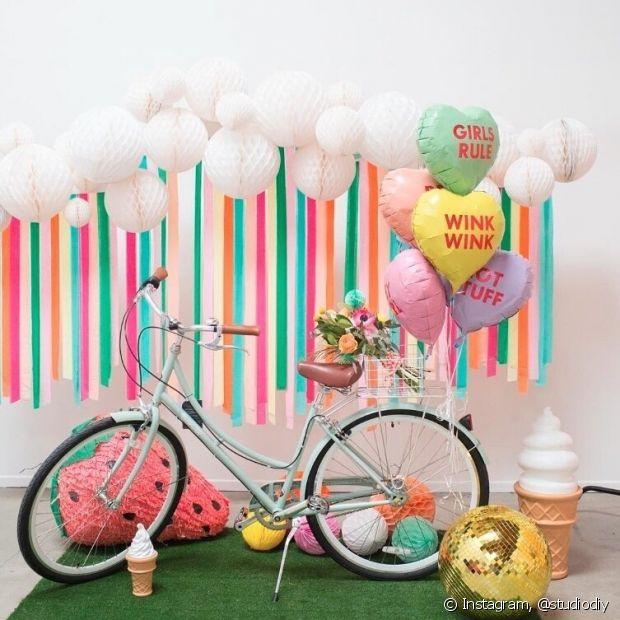 Use objetos que já tenha em casa para compor a decoração, como uma bicicleta