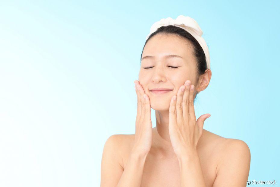 Antes de aplicar a argila no rosto, lave a região com um sabonete específico e tire a maquiagem se estiver usando