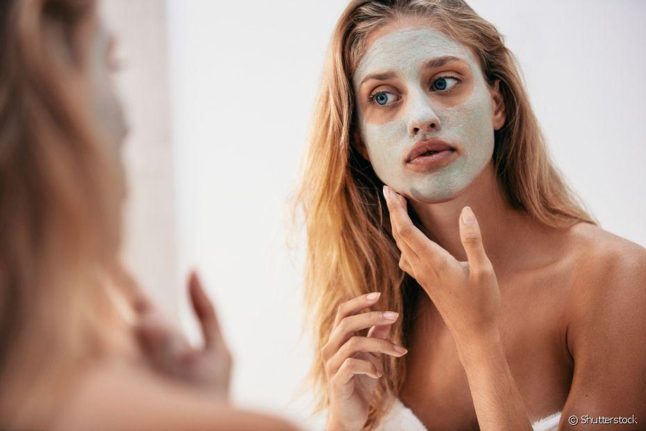 Aplique a argila por todo o rosto, evitando a área dos olhos