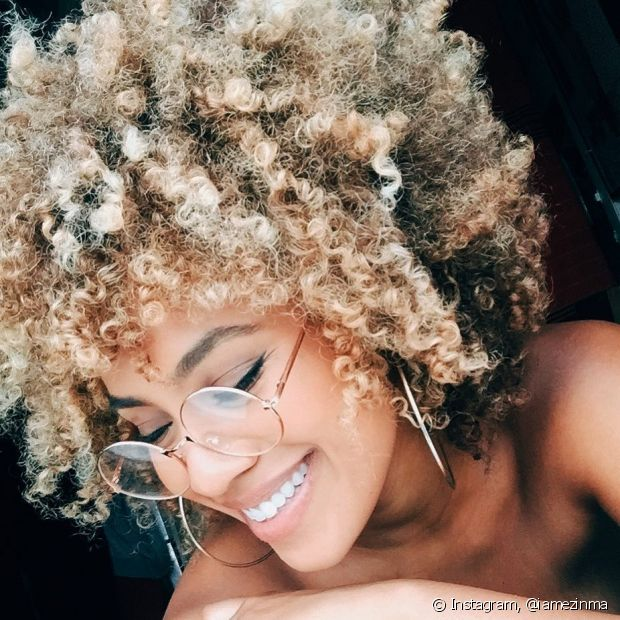 Aposte no cronograma capilar para cuidar dos cabelos crespos platinados