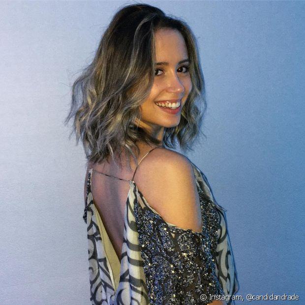 As luzes deixam seu cabelo ondulado com mais profundidade e movimento