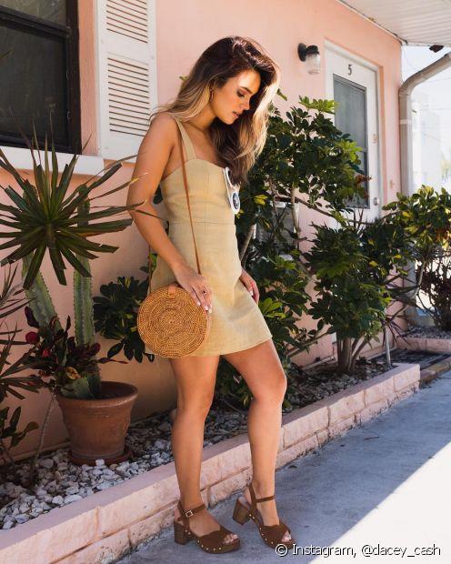 A bolsa de palha é muito usada na praia, mas você também pode usá-la nos seus looks do dia a dia