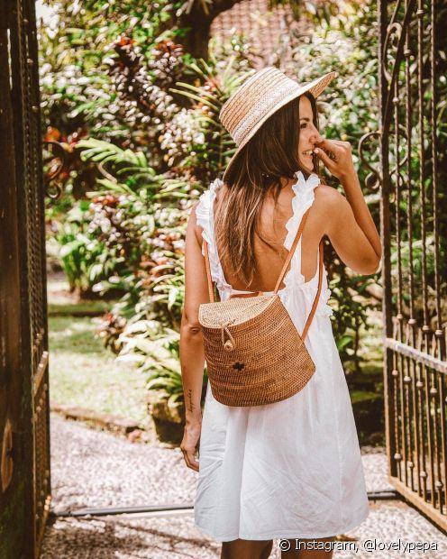 A bolsa de palha em formato mochilinha pode fazer uma boa dupla com o chapéu de mesmo material