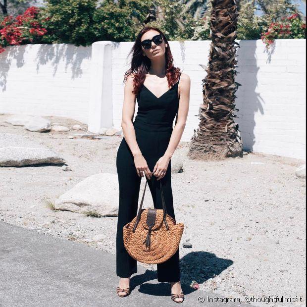A bolsa de palha quebra a formalidade dos looks mais sérios