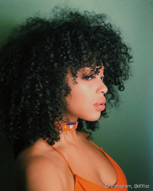 Usar óleos para tratar o cabelo cacheado vai ajudar na definição