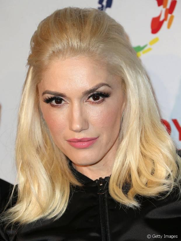 Quando quer um penteado sofisticado para o tapete vermelho, Gwen Stefani aposta no topete com os cabelos soltos