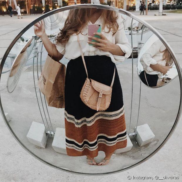 Que tal uma selfie no espelho sem mostrar o rosto apenas exibindo o seu look?